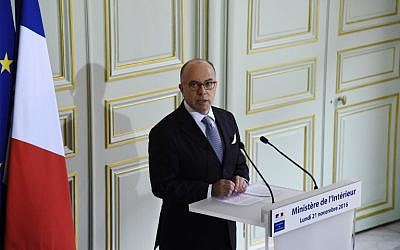 Following the arrest of seven terror suspects in Strasbourg and Marseille, French Interior minister Bernard Cazeneuve gives a press conference in Paris, November 21, 2016. (AFP/BERTRAND GUAY)
