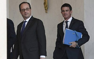 French President Francois Hollande (L) and French Prime Minister Manuel Valls leave after the weekly cabinet meeting on November 23, 2016 at the Elysee presidential Palace in Paris. (AFP PHOTO/STEPHANE DE SAKUTIN)