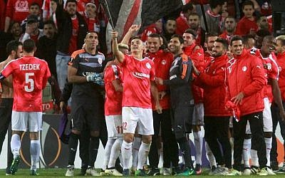 Hapoel Beesheba's players celebrate after winning the UEFA Europa League group K football match against Italy's Inter Milan at the Turner Stadium in the southern city of Beersheba, November 24, 2016. (AFP/Gil Cohen-Magen)