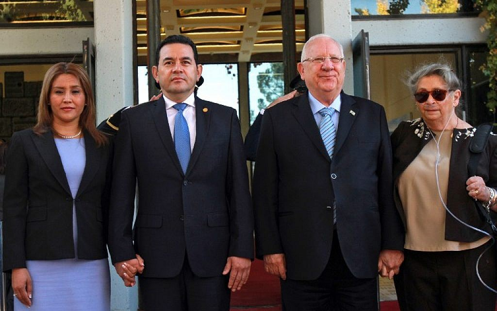 President Reuven Rivlin (2nd R) and his wife Nehama (R), Guatemalan President Jimmy Morales and his wife Patricia Marroquin review an honor guard during an official welcoming ceremony at the presidential compound in Jerusalem, on November 28, 2016. (AFP PHOTO/GIL COHEN-MAGEN)