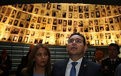 Guatemalan President Jimmy Morales (R) and wife Gilda Marroquin visit the Hall of Names at Yad Vashem Holocaust Memorial in Jerusalem on November 28, 2016. (AFP/Gali Tibbon)