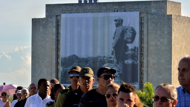 People queue to pay their last respects to Cuban revolutionary icon Fidel Castro kicking off a series of memorials in Havana, on November 28, 2016. (AFP PHOTO/PEDRO PARDO)