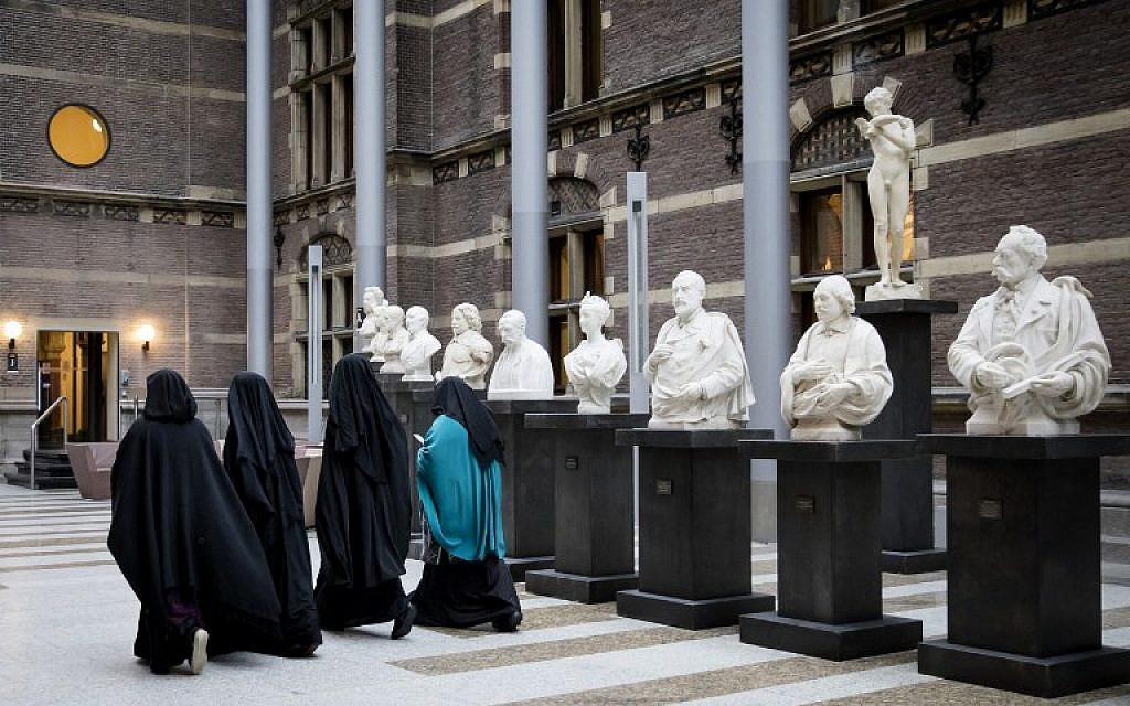 Women wearing niqab visit the Senate on November 23, 2016 in the Hague, the Netherlands. (AFP PHOTO/ANP/STR)