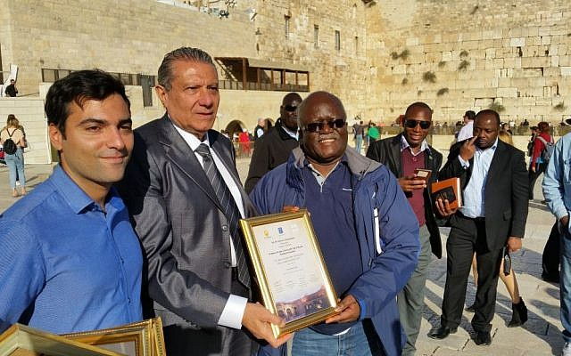 From left to right: Tomer Heyvi from the Federation of Israeli Chambers of Commerce, Niso Betsalel from the Israel-Africa Chamber of Commerce and and Zambian Ambassador to Israel Martin Mwanambale, at the Western Wall in Jerusalem, November 28, 2016 (Raphael Ahren/TOI)