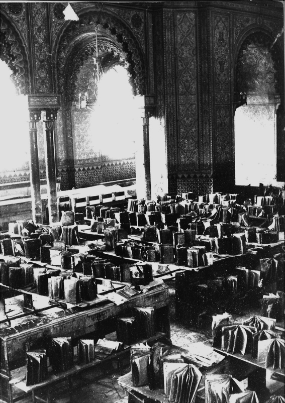 Books left out to dry in the Great Synagogue of Florence after the flood. (Courtesy Opera del Tempio)