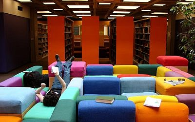 A library at Oberlin College in 2007. (CC BY Istolethetv, Flickr)
