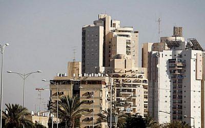 Residential buildings in the southern Israeli city of Beersheba. October 17, 2013. (Flash90)
