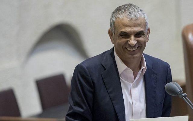Finance Minister Moshe Kahlon presents the budget for 2016-2017 to the Knesset in Jerusalem, November 2, 2016. (Yonatan Sindel/Flash90)