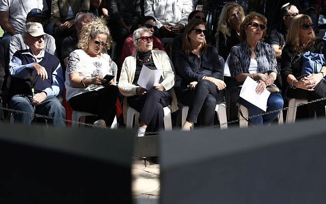 Family and friends seen at a memorial service marking 21 years since former prime minister Yitzhak Rabin's assassination, held at Mount Herzl cemetery in Jerusalem, November 4, 2015. (Yonatan Sindel/Flash90)