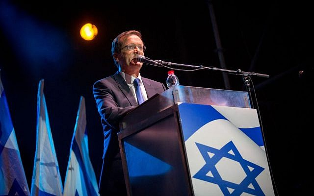 Opposition leader Isaac Herzog speaks at a rally marking 21 years since the assassination of late prime minister Yitzhak Rabin, at Tel Aviv's Rabin Square on November 5, 2016. (Photo by Miriam Alster/Flash90)