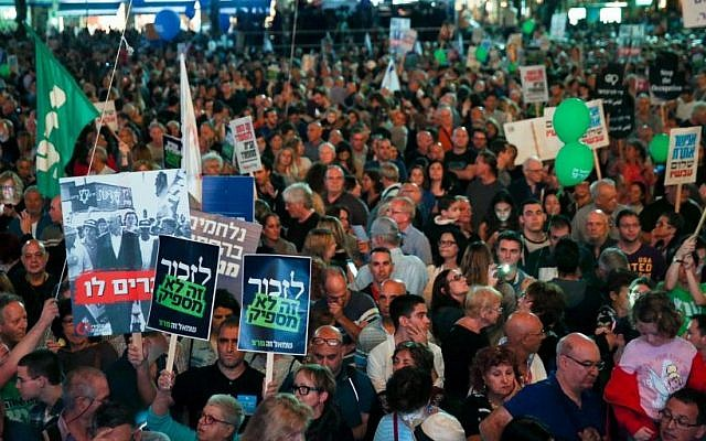 Israelis attend a rally marking 21 years since the assassination of late prime minister Yitzhak Rabin at Rabin Square in Tel Aviv on November 5, 2016. (Miriam Alster/Flash90)