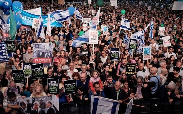 Israelis attend a rally marking 21 years since the assassination of late prime minister Yitzhak Rabin, at Rabin Square in Tel Aviv on November 5, 2016. (Tomer Neuberg/Flash90)