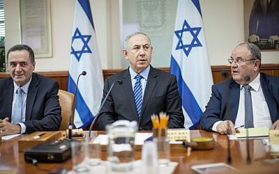 Prime Minister Benjamin Netanyahu leads the weekly cabinet meeting conference at his office in Jerusalem on November 6, 2016. (Emil Salman/POOL)