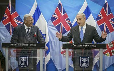 Prime Minister Benjamin Netanyahu with visiting Fiji Prime Minister Josaia Voreqe Bainimarama, in Jerusalem, November 7, 2016. (Ohad Zwigenberg)