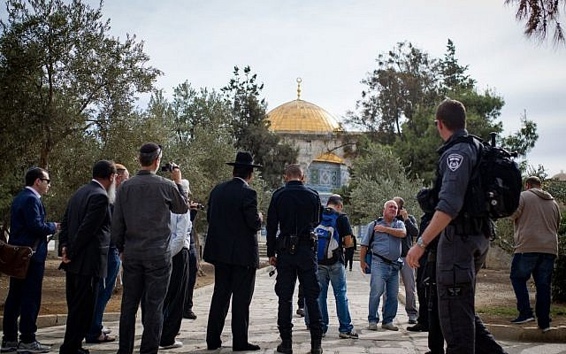 Religious Jews visit the Temple Mount in Jerusalem under police guard on November 7, 2016. (Sebi Berens/Flash90)