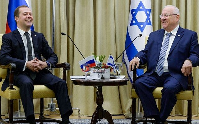Russian Prime Minister Dmitry Medvedev (left) meets with Israeli President Reuven Rivlin at the President's Residence in Jerusalem on November 10, 2016. (Haim Zach/GPO)