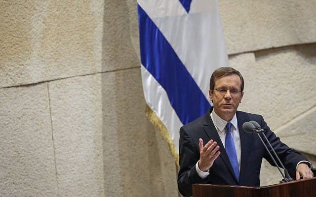 Opposition leader Isaac Herzog speaks at the assembly hall of the Knesset, on November 13, 2016. (Miriam Alster/Flash90)
