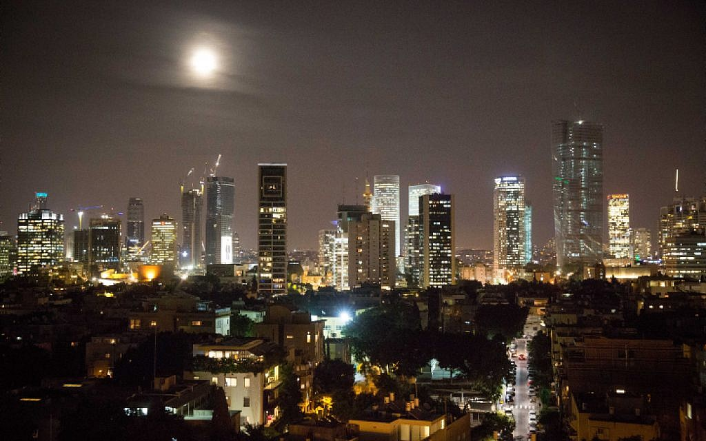 The supermoon rises over Tel Aviv, on November 14, 2016. (Miriam Alster/FLASH90)