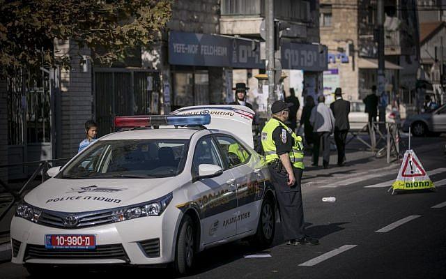 Illustrative: Israel Police officers at a crime scene, November 14, 2016 in Jerusalem. (Yonatan Sindel/Flash90)