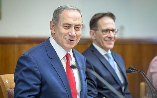 Prime Minister Benjamin Netanyahu leads the weekly cabinet meeting at his office in Jerusalem on November 20, 2016. (Emil Salman/POOL)