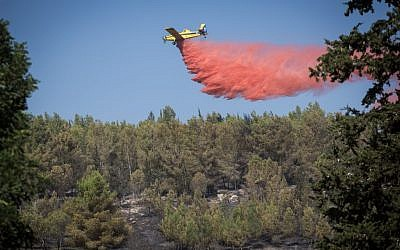 Fire fighting planes extinguishing a forest fire which broke out in the forest near Neve Shalom and Latrun, outside of Jerusalem on November 22, 2016. (Hadas Parush/Flash90)