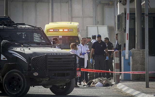 Israeli security forces near the body of Palestinian man who was shot and killed while trying to stab an Israeli police officer, at tye Qalandiya Checkpoint near Ramallah, November 22, 2016. (Credit: Flash90)