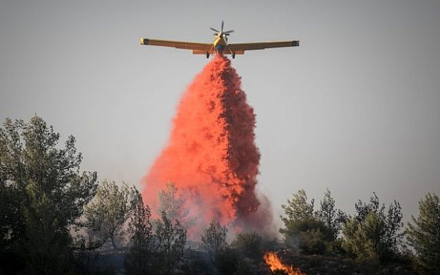 Israeli firefighter airplanes try to extinguish a forest fire which broke out in the forest near the Nataf nature reserve, outside of Jerusalem on November 23, 2016. (Yonatan Sindel/Flash90)