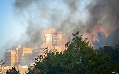 Smoke billows over the northern Israeli city of Haifa, where a major fire was raging, November 24, 2016. (Meir Vaknin/Flash90)