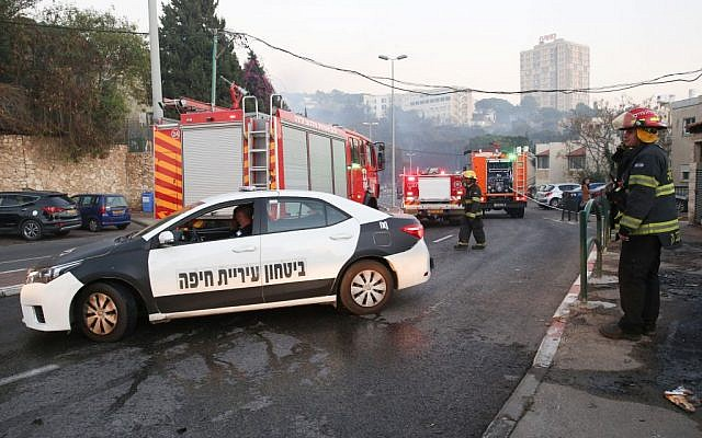 Israeli security and firefighters seen during a large fire in Haifa on November 24, 2016. (Yaakov Cohen/Flash90)