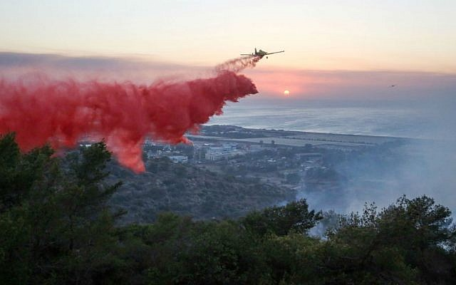 Israeli firefighter airplanes try to extinguish a fire raging in the northern city of Haifa, where a major fire was raging across the city on November 24, 2016. (Yaakov Cohen/Flash90)