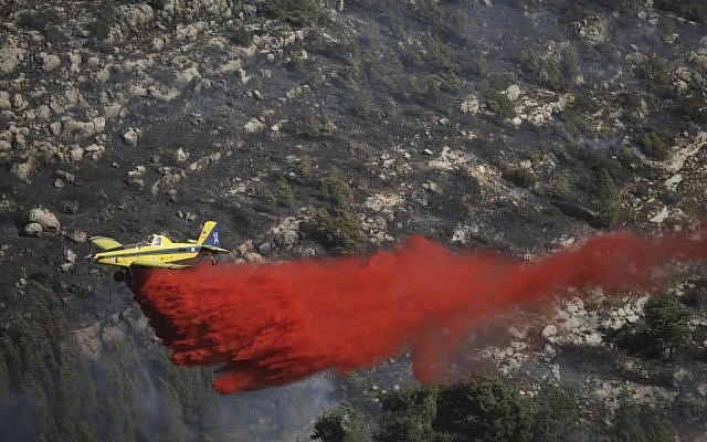 Firefighter planes tackle a forest fire n the forest near Neve Ilan, outside of Jerusalem, on November 24, 2016. (Yonatan Sindel/Flash90)