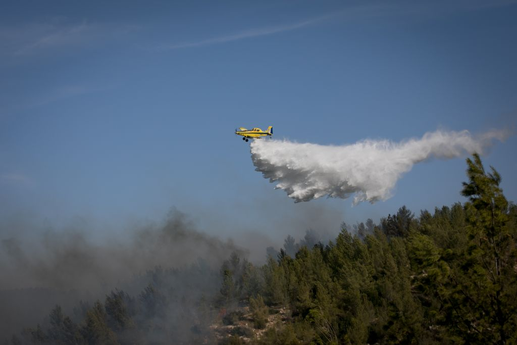 A firefighting plane from Cyprus works to extinguish a forest fire in the forest near Neve Ilan, outside of Jerusalem, on November 24, 2016. (Yonatan Sindel/Flash90)