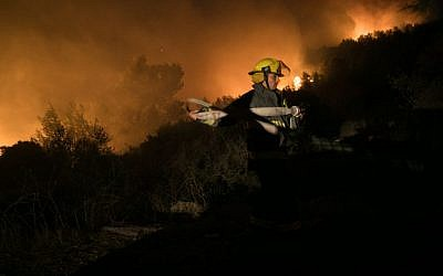 Fire fighters try to extinguish a wildfire which broke out at the entrance to Nataf, in the Jerusalem hills, on November 25, 2016. (Yonatan Sindel/Flash90)
