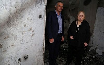 Finance Minister Moshe Kahlon meets a resident whose house was damaged by a forest fire last week, in Haifa, November 27, 2016. (Yaakov Lederman/Flash90)