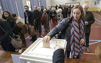 A woman casts her ballot in the first round of the French conservatives nationwide primary election, in Marseille , southern France, November 20, 2016. (AP Photo/Claude Paris)