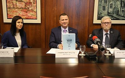 State Comptroller Yosef Shapira (R) with Knesset Speaker Yuli Edelstein and the head of the Knesset's State Control Committee MK Karin Elharar (L) on November 1, 2016 (Knesset spokesperson's office/Yitzhak Harari)