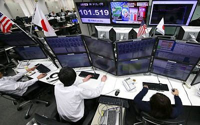 Money traders watch computer screens with the day's exchange rate between yen and the US dollar at a foreign exchange brokerage in Tokyo, November 9, 2016. (AP Photo/Shizuo Kambayashi)