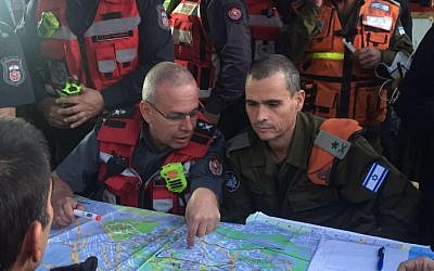 Head of the IDF's Home Front Command Maj. Gen. Yoel Strick speaks with the head of the fire department over the plans to fight a blaze in the city of Haifa on November 24, 2016. (IDF Spokesperson's Unit)