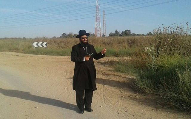 Kabbalist Rabbi Netanel Shriki prays at the Gaza border for Hamas tunnels to collapse, May 2016 (Facebook)