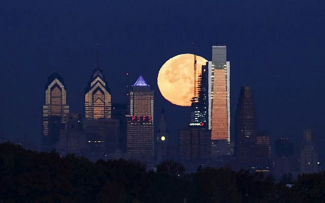 The supermoon, brightest moon in almost 69 years, sets behind the Philadelphia skyline on November 14, 2016. (Joseph Kaczmarek/AP Photo)
