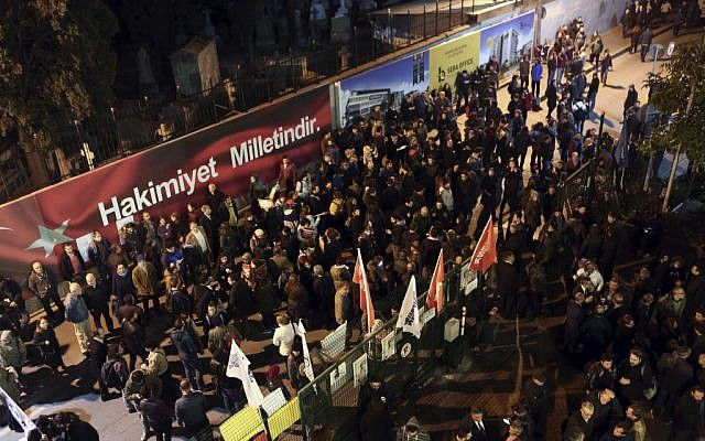 People gather outside the headquarters of Cumhuriyet newspaper in Istanbul to condemn the detentions of its journalists, October 31, 2016. (AP Photo)