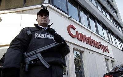 A security guard stands outside Cumhuriyet's Istanbul headquarters after police detained chief editor Murat Sabuncu and two columnists the opposition newspaper, October 31, 2016. (AP Photo/Emrah Gurel)