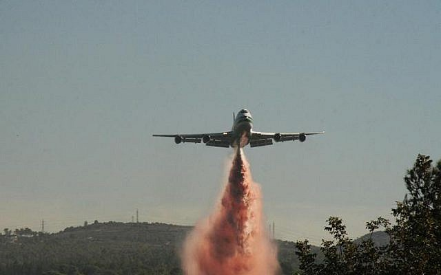 The 747 Supertanker during the 2010 Carmel forest fires in Israel. (CC BY-SA 3.0 ShacharLA/Wikipedia)