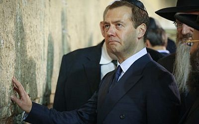 Prime Minister of Russia Dmitry Medvedev at the Western Wall in Jerusalem, November 10, 2016. (Shlomi Cohen/Flash90)