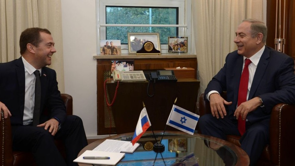 Russian Prime Minister Dmitry Medvedev, left, meets with PM Netanyahu in Jerusalem, November 10, 2016 (Amos Ben Gershom/GPO)