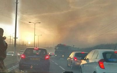 Smoke from fires burning near the Shilat Junction on Route 443 near Modiin on November 24, 2016. (Raoul Wootliff/ Times of Israel)