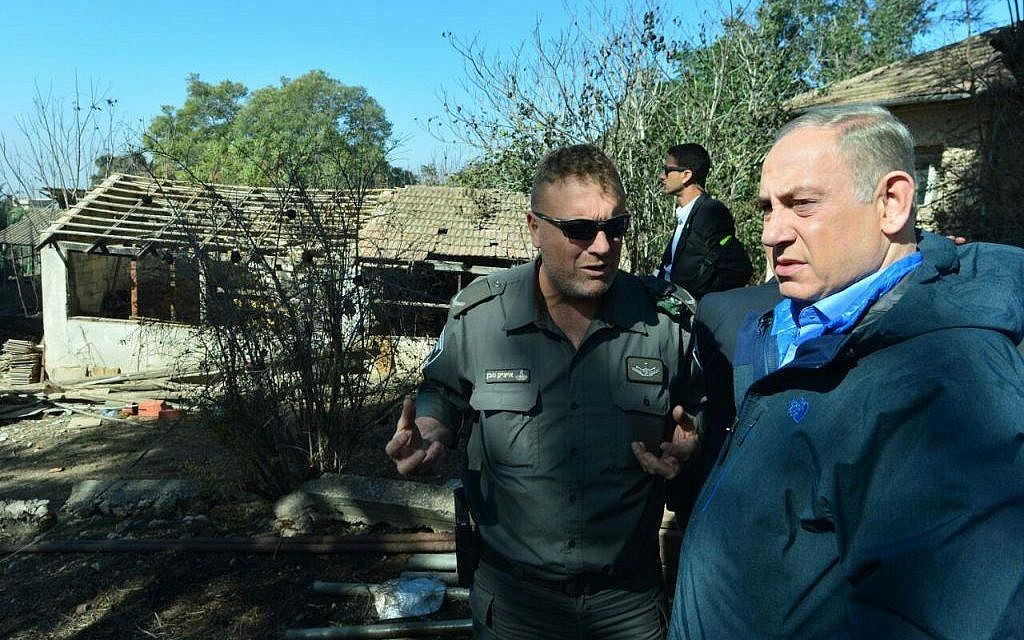 Benjamin Netanyahu touring Beit Meir in the Jerusalem hills on November 25, 2016, after a fire swept through the community. (Kobi Gideon/GPO)