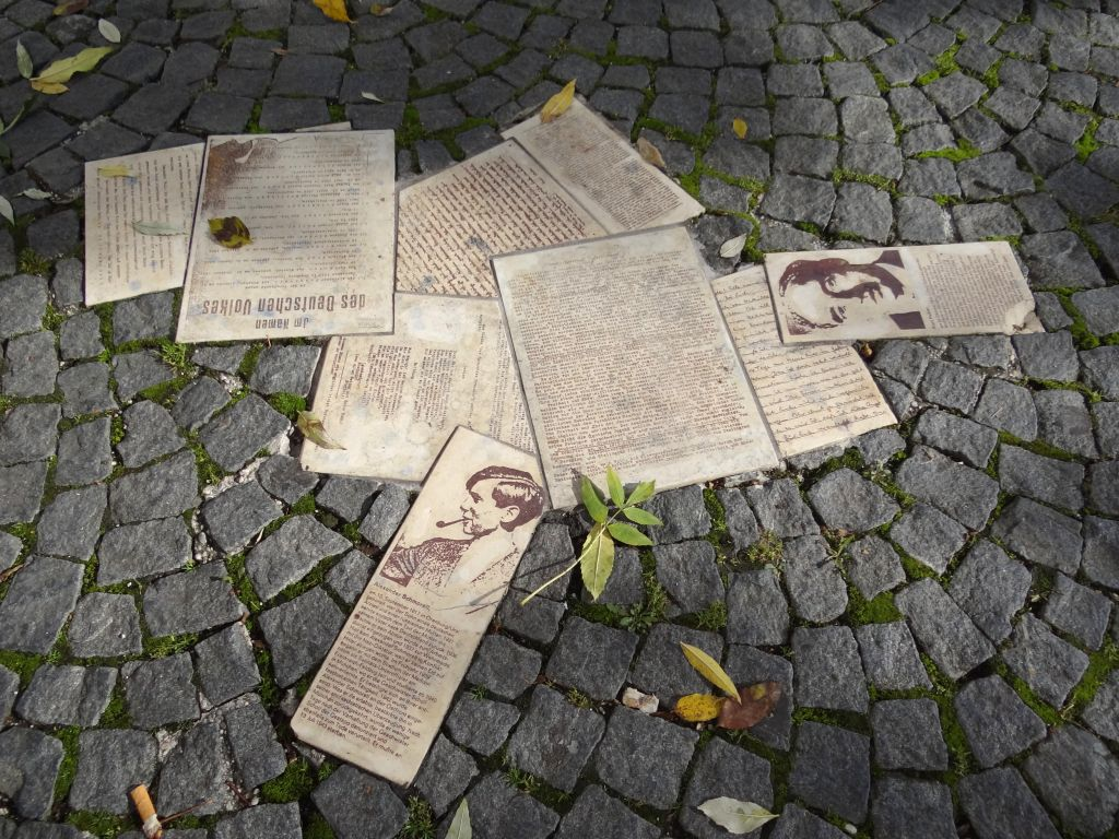 Memorial to the 'White Rose' resistance group in the form of their anti-Nazi leaflets, outside the University of Munich (Public domain)