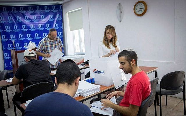 American citizens vote in the upcoming US elections, at the OU center in Jerusalem. October 26, 2016. (Miriam Alster/FLASH90)