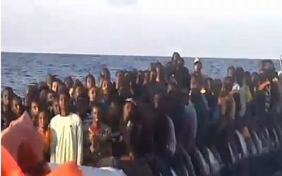 A rubber dinghy transporting 150 migrants rescued by Israel Papa and staff on the MOAS migrant rescue ship, November 2016. (ScreenShot Channel 2 News)